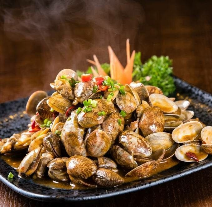 steamed clams on a blue plate