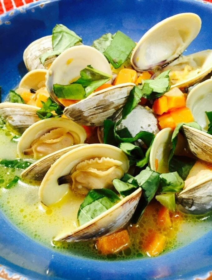 Steamed clams in a blue bowl